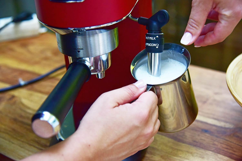 Espressomaschine DeLonghi-EC685 mit Milchschaum