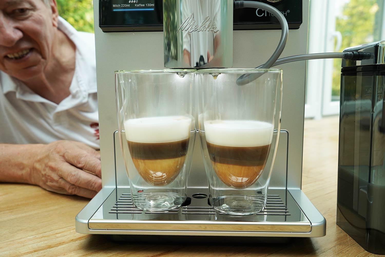 Kaffeevollautomat mit der zwei Tassen Funktion