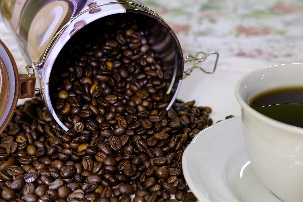 Nicht jede Kaffeedose schützt ihren Inhalt zuverlässig vor Feuchtigkeit, Licht, Wärme und Co. Riskiere deshalb einen Blick in die Beschreibung und Kundenrezensionen.