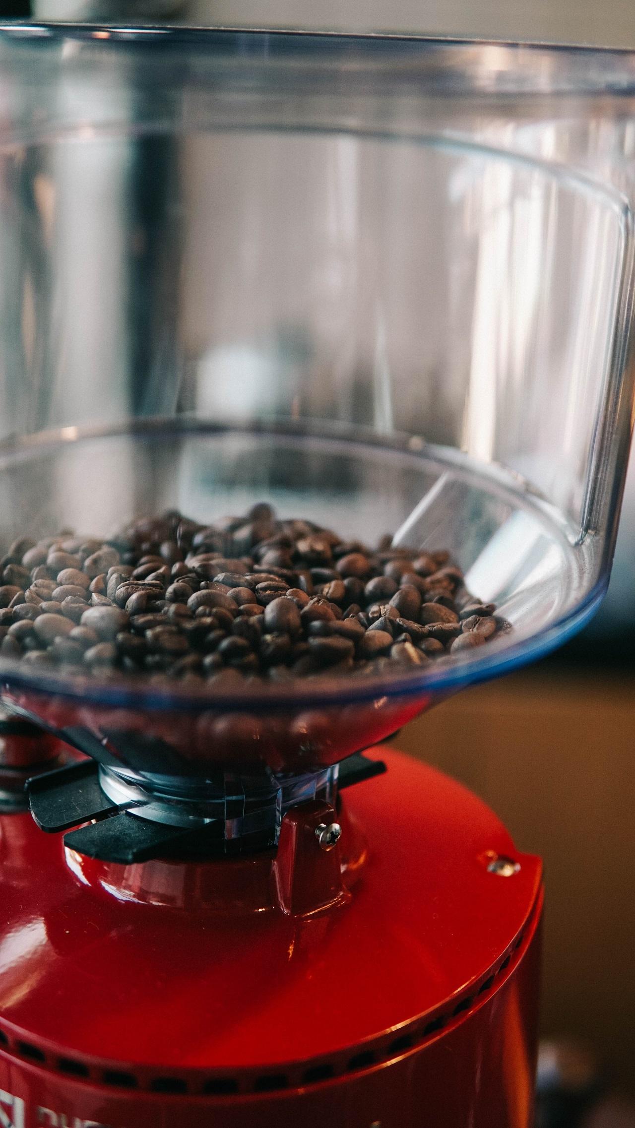Eine elektrische Espressomühle verfügt in der Regel über einen großen Behälter für reichlich Kaffeebohnen.
