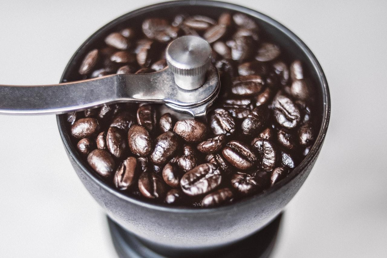 Achte vor dem Kauf einer Hand Kaffeemühle auf die Qualität. Das Material sollte robust und die Verarbeitung hochwertig sein.