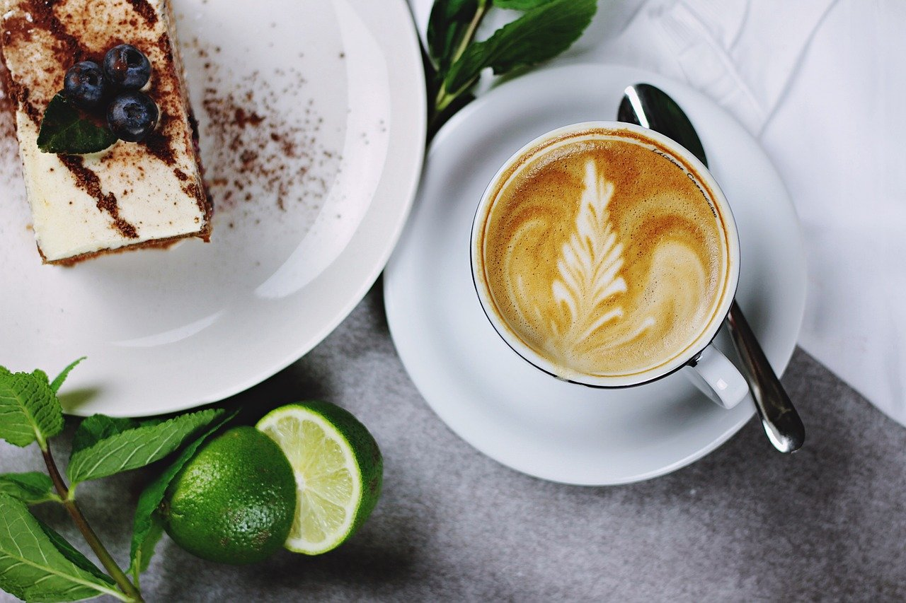 Kaffee und Kuchen passen sehr gut zueinander