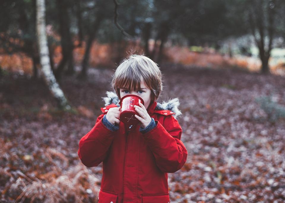 Kind trinkt Kaffee