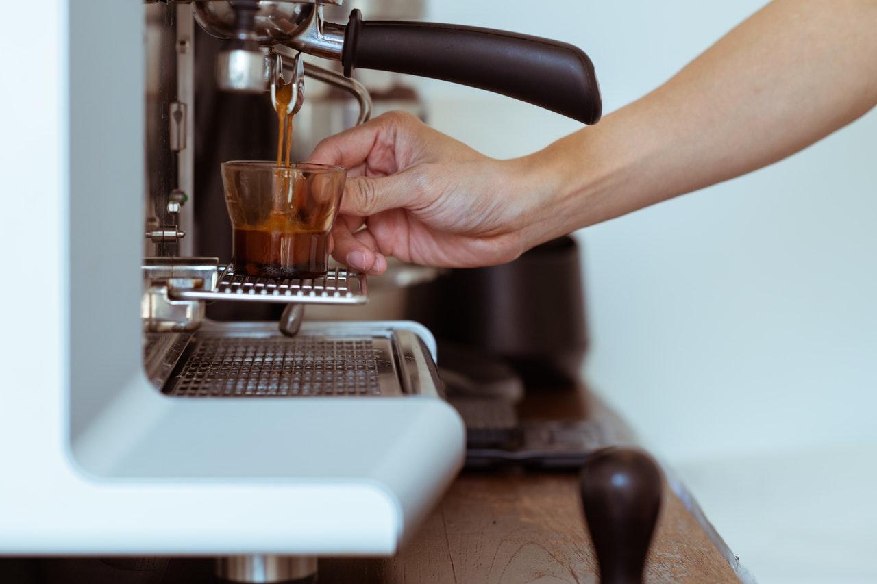 Mit einer La Pavoni Espressomaschine holst Du Dir italienischen Kaffeegenuss zu Dir Nachhause.