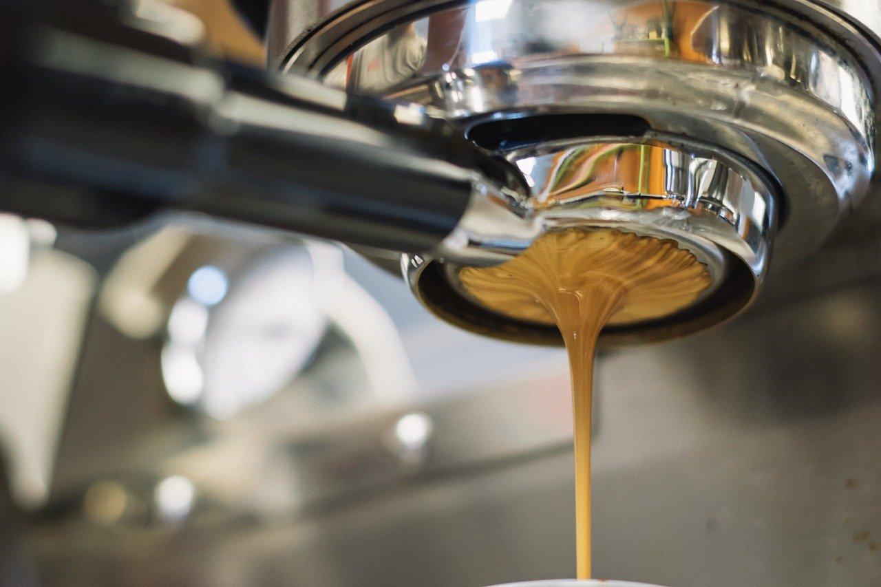 Das heiße Wasser fließt durch den Siebträger bzw. Filterträger und heraus kommt frischer Kaffee.
