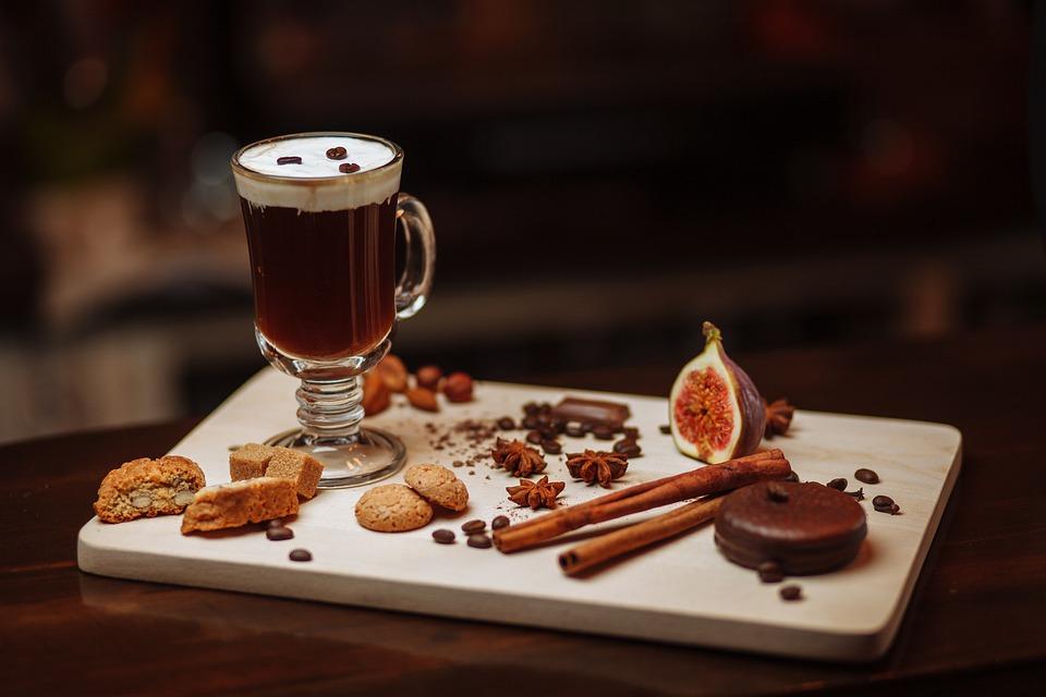 Irish Coffee mit Beilagen