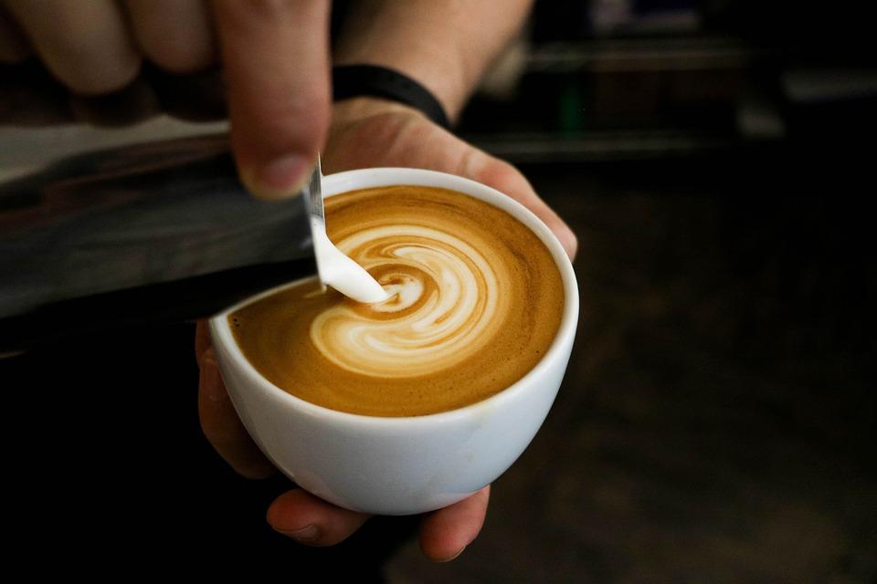 Schwarzer Kaffee mit geschäumter warmer Milch - ein Traum
